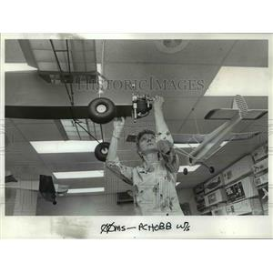 1987 Press Photo Ruthann Mullins installs propeller on a 23 lb Robin Hood Plane