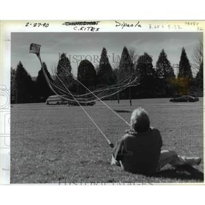 1990 Press Photo Bill Storey struggles against the pull of his kites