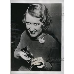 1934 Press Photo Violet Pringle with Imitation.32 Caliber Gun - ney10108