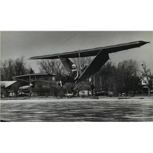 1981 Press Photo Chip Erwin flew over Lake La Belle during Ultralight Ice Fly-in