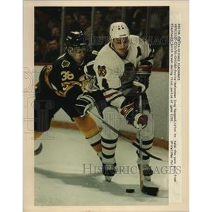 1990 Press Photo Bruins' defenseman Greg Hawgood, Blackhawks' Keith Brown