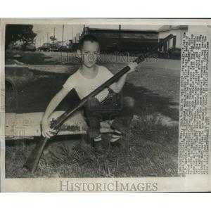 1955 Press Photo Tim Weddle has his hands full holding this muzzle-loader rifle