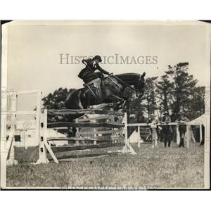 1926 Press Photo Mildred Taylor on Peter Blue at Belmont horse show in NY