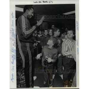 1987 Press Photo Caldwell Jones meets students at Tualatin Elementary