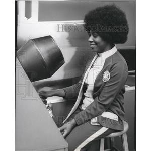1975 Press Photo Dorothy Doby X-Ray Machine Spokane International Airport