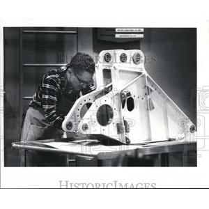 1981 Press Photo Boeing's Brian Leslie Works on Part of Huge Airplane Gear
