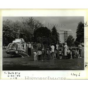 1986 Press Photo childrens get an impromptu lesson on how a helicopter works.