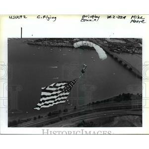 1992 Press Photo Mike Peters od Western Sport Parachute Center Unfurls Old Glory