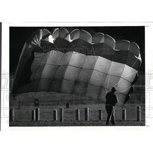 1989 Press Photo Dave Cox and his parachute at Edgewater Park - cvo01352