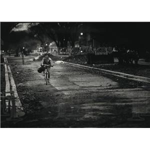 1980 Press Photo Max Rust of Whitefish Bay Rides Bike Through Unpaved Road