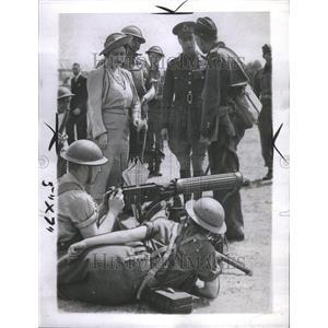 1940 Press Photo King Queen Inspect Machine Gun Unit - RRR45177