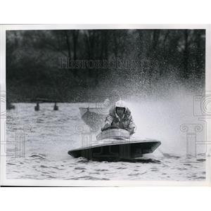 1960 Press Photo A speed boat race driver leaves rooster tail behind racer
