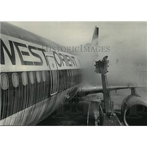 1985 Press Photo A member of a ground crew de-icing a jet before take-off