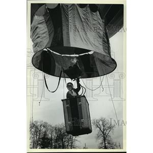 1981 Press Photo Winnie's airborne near treetop height - mja02407