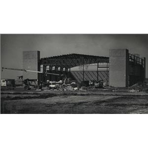 1985 Press Photo Multipurpose hangar construction Crites Field, Waukesha County
