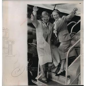 1950 Press Photo Josef Krips and his wife, Maria, escape a deportation threat