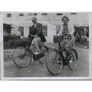 1934 Press Photo Mr and Mrs C.A. Antrim bicycles at Belmont Manor in Bermuda