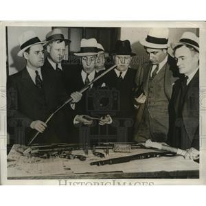 1932 Press Photo Kidnapping Gang's Gun Arsenal Examined by Chicago Detectives