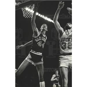 1980 Press Photo George Gervin San Antonio Spurs and unidentified Bucks player.