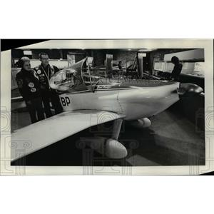 1976 Press Photo Bud & Helen Pedigo polish up tiny racer for exhibit at OMSI
