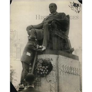 1915 Press Photo A man putting a wreath to a statue - cva21071