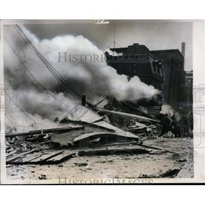 1944 Press Photo RAF B-24 Liberator crashes in Montreal, Canada - neo00075
