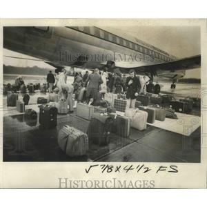 1978 Press Photo Passengers From an Aero-Mexico Transport Search for Luggage