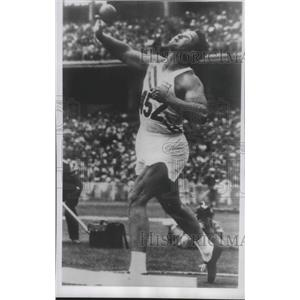 1956 Press Photo Parry O'Briend Tosses Shot For New Olympic Record - fux01293