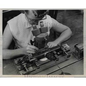 1957 Press Photo Diamond Phonograph Needle Point Examination Machine - nef40502