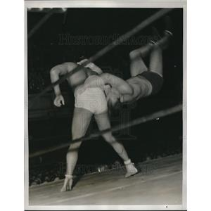 1938 Press Photo British wrestler Bob Gregory body slams Stanley Kasaboski