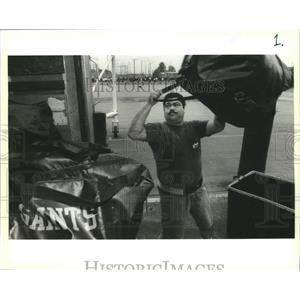 1994 Press Photo New Orleans Saints- Tony Broyhard Jr. loads Saints equipment.