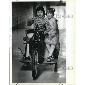 1981 Press Photo Binh Ly (L) and Heather Belt, 8 at Creston School - ora52873