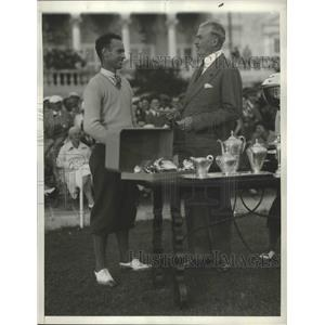 1932 Press Photo Denny Shute gets trophy from George MacDonald at Miami Open