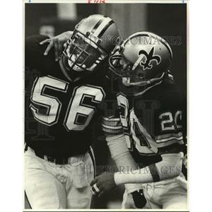 1984 Press Photo New Orleans Saints - 20 and 56 Share a Hug - noa01508