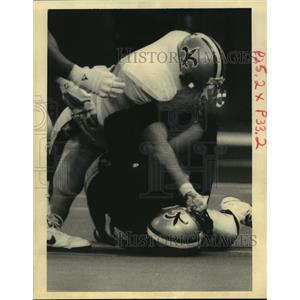 1992 Press Photo New Orleans Saints-Saint OL Chris Port has technical discussion