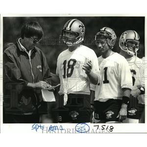 1984 Press Photo New Orleans Saints - King Hill talks with players at practice.