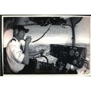 1993 Press Photo Pat Russell of Euegene, Oregon Flying Blimp Over Milwaukee