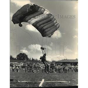 1987 Press Photo Skydivers Lands On Soccer Field With Club Flag for Opening
