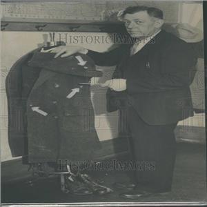 1934 Press Photo Cully Lario Bullet Holes Investigtors