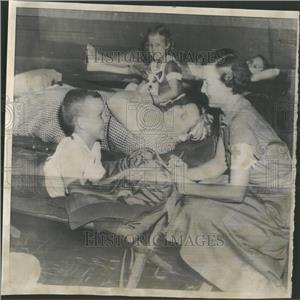 1955 Press Photo Red Cross Phyllis Hazel Hurricane dog