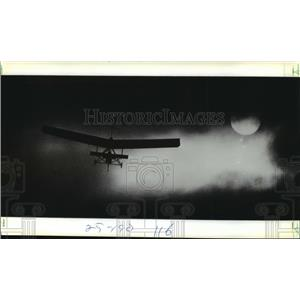 1982 Press Photo An Ultralight Aircraft Coming in at lake Elsinore in California