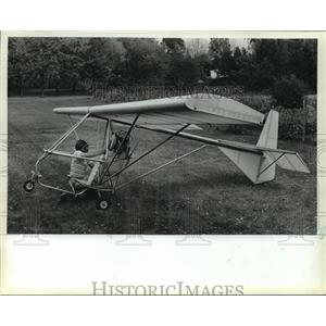 1982 Press Photo Bruce Unger Getting Ready for Flight over Ulhlein Hall