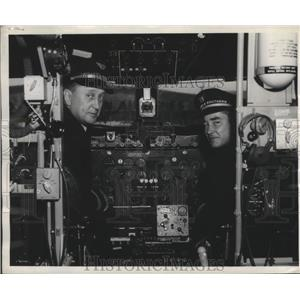 1945 Press Photo Vic Hoganson and John R. Reeves Inspect Larger Cockpit of DC-4