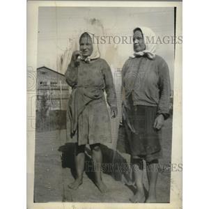 1931 Press Photo Peasant Girls Receive Lipstick - neo22914