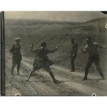 1923 Press Photo Buck Pape, Tom Gibbons engage in a little fencing match