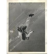1930 Press Photo Lieut E. Verne Stewart parachuting from plane in Chicago
