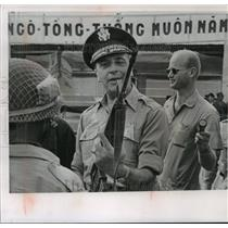 1962 Press Photo Gen. Lyman Lemnitzer inspects South Vietnamese Automatic Weapon