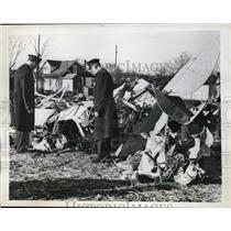 1946 Press Photo Police Examine Wreckage of Piper Club Crash in Philadelphia