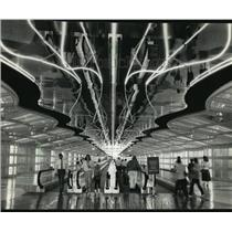 1988 Press Photo Pedestrians at new United Airlines terminal at O'Hare Airport