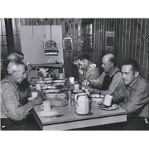 1956 Press Photo Lumberjacks Eating Meal In Cookhouse In Traditional Silence